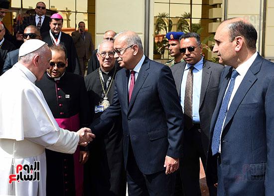 بابا الفاتيكان يصل القاهرة ورئيس الوزراء فى استقباله (13)