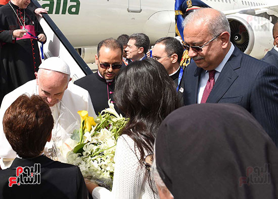 بابا الفاتيكان يصل القاهرة ورئيس الوزراء فى استقباله (2)