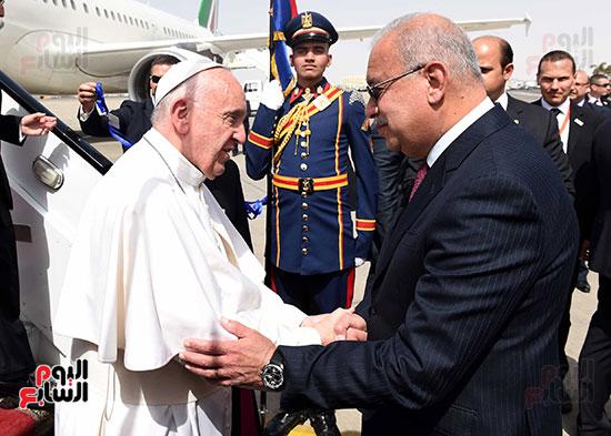 بابا الفاتيكان يصل القاهرة ورئيس الوزراء فى استقباله (1)
