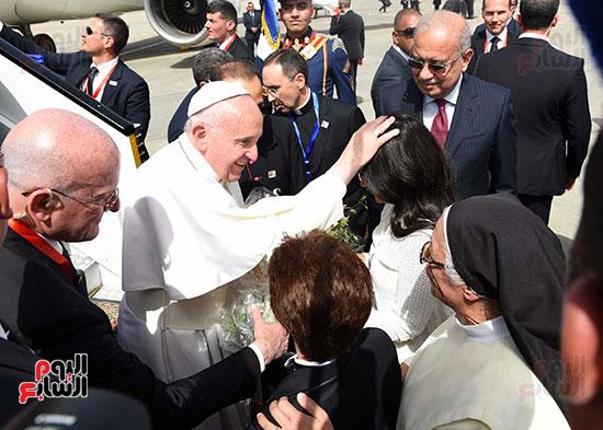 بابا الفاتيكان يصل القاهرة ورئيس الوزراء فى استقباله (3)