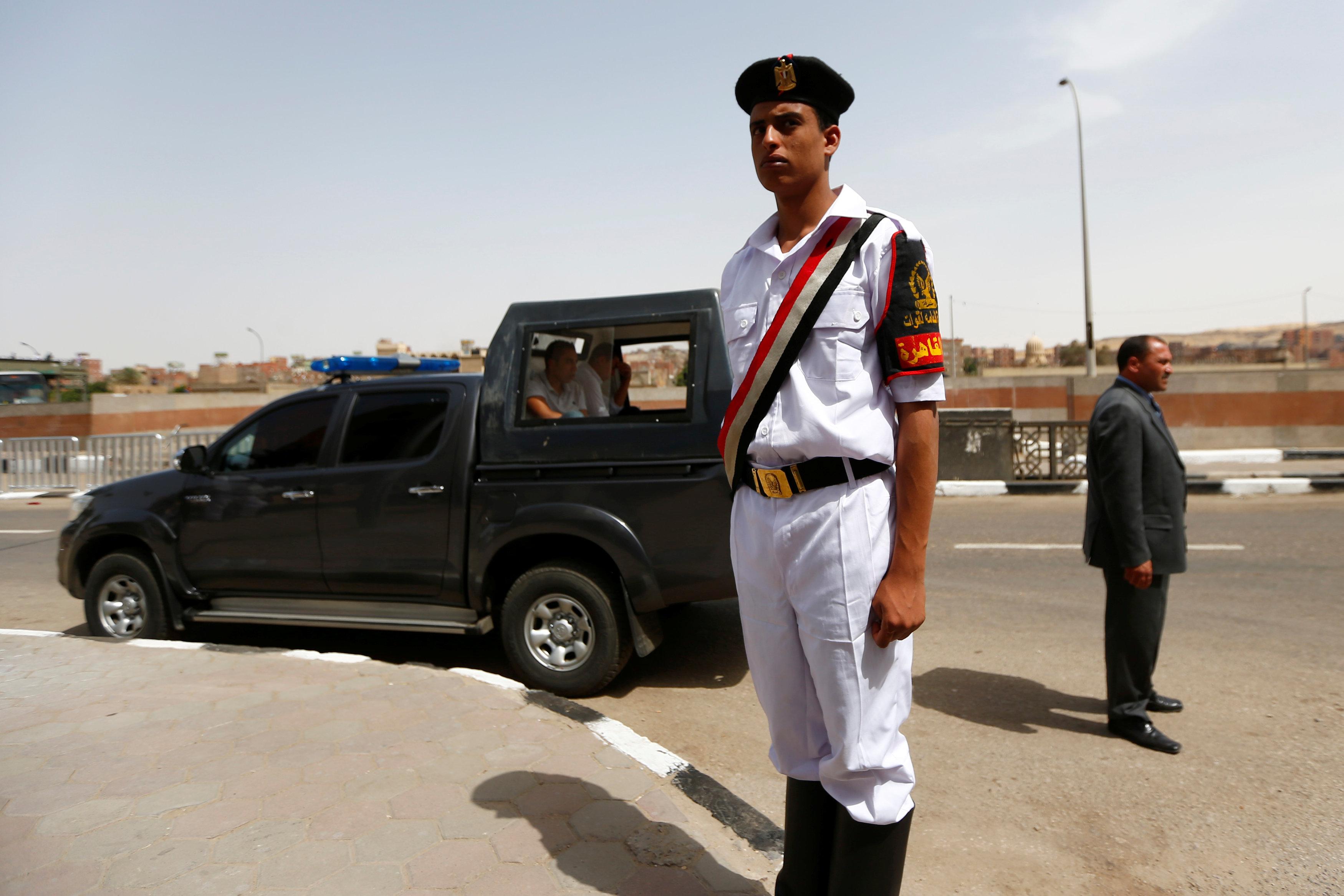 جندى يقف بجوار سيارة شرطة لتأمين وصول بابا الفاتيكان