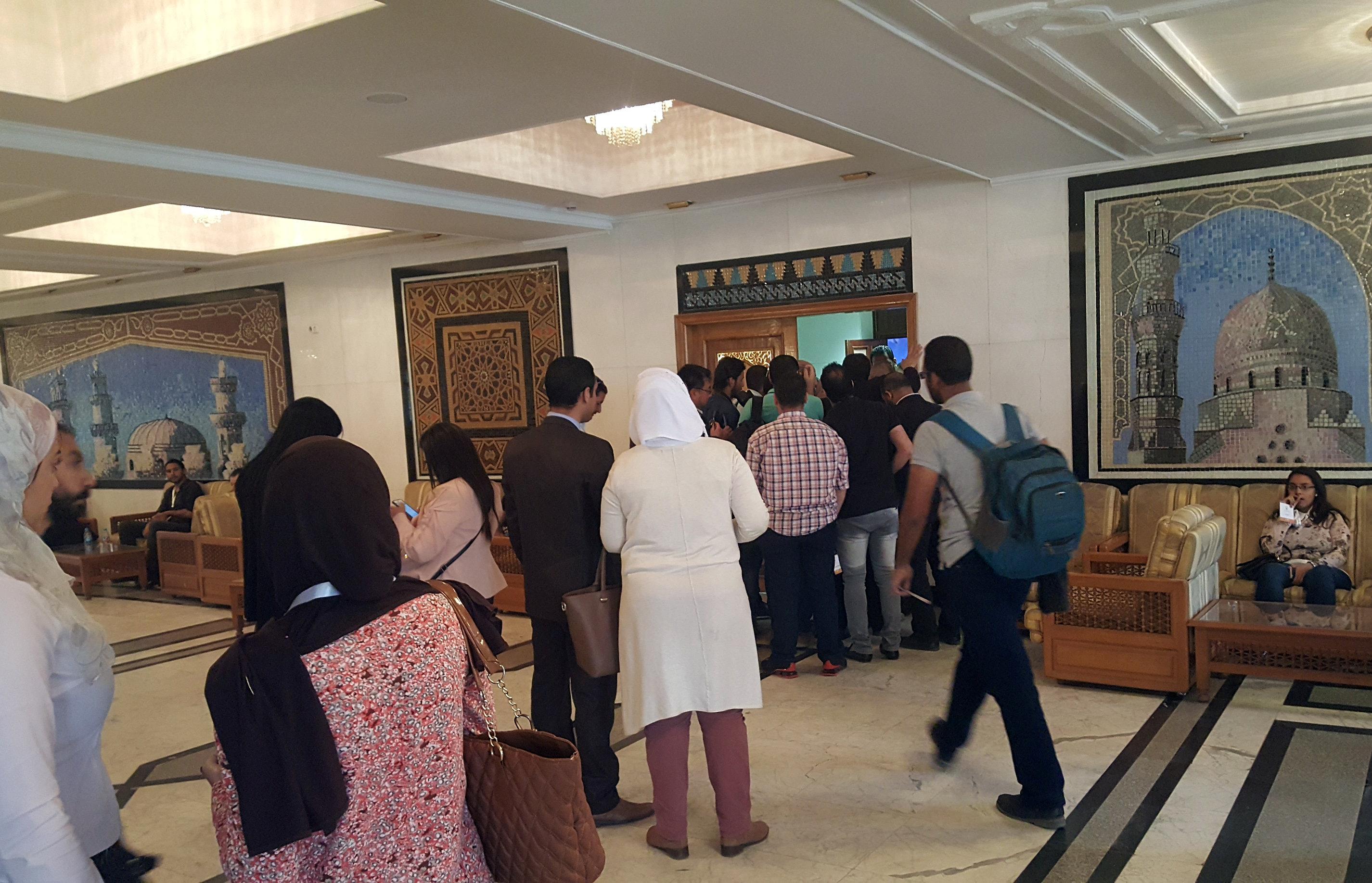الصحفيون يحاولون الدخول إلى قاعة لقاء الدكتور أحمد الطيب وبابا الفاتيكان