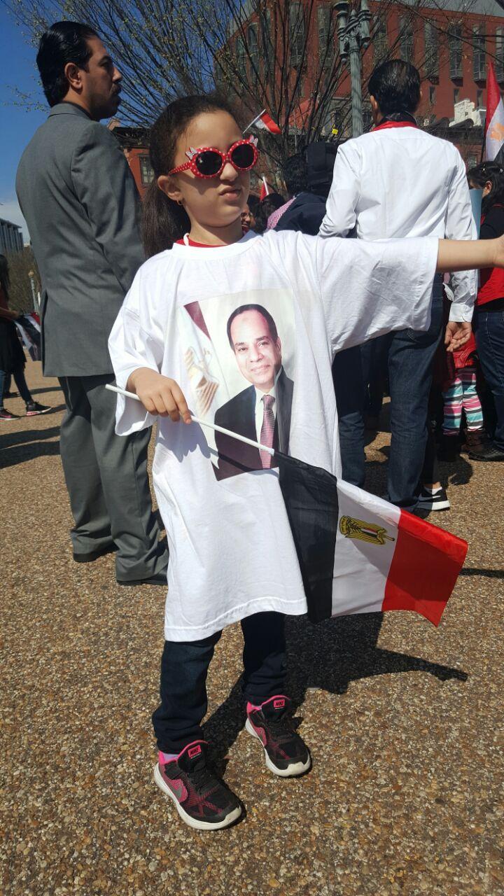 الأطفال يرفعون الأعلام المصرية أمام البيت الأبيض