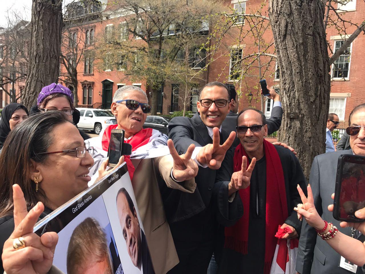 المصريين يرفعون علامة النصر أمام البيت الأبيض