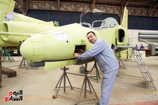 أحد العاملين على ماكينات مصنع الطائرات الحديثة