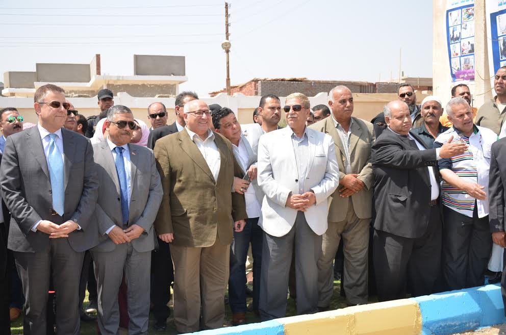المحافظ ورئيس جامعة عين شمس   اثناء إنطلاق  القافلة