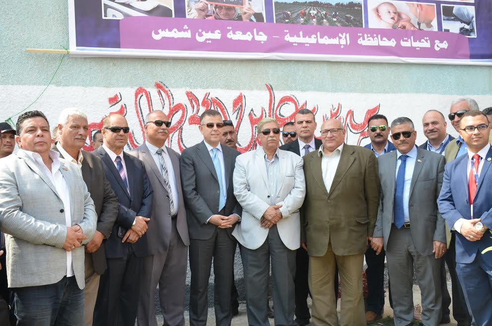صورة جماعية للمحافظ مع المشاركين  فى القافلة