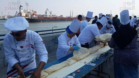 الطهاة خلال عملهم فى تصنيع السندويتش