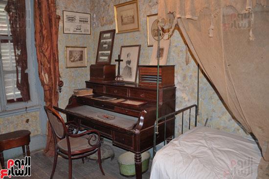 سرير  نوم  دي  لسبس كما  هو ويظهر مكتبه الخاص