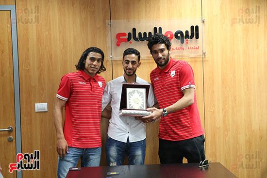 لاعبو إنبى يقدمان مصحف للزميل محمد غنيم بعد الاعتذار