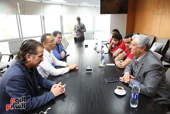 الكاتب الصحفى خالد صلاح رئيس مجلس إدارة وتحرير اليوم السابع فى جلسة لاعبى إنبي