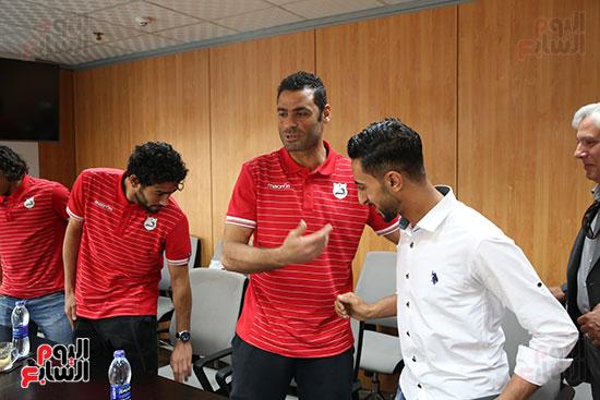 لاعبو إنبى يتقدمون باعتذار للزميل محمد غنيم