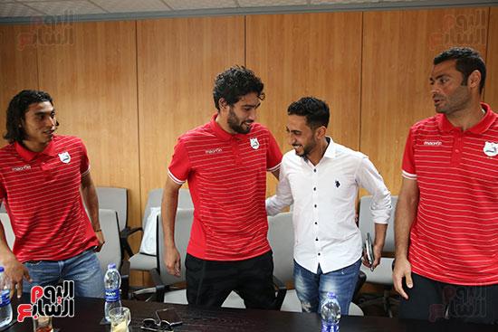 لاعبو إنبى مع دندراوى الهوارى رئيس التحرير التنفيذى لليوم السابع
