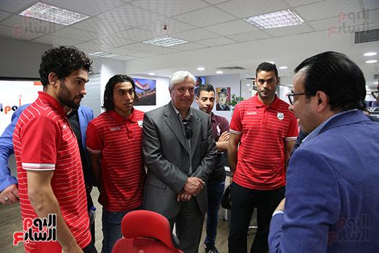 لاعبو إنبى مع الزميل محمد غنيم بعد الاعتذار
