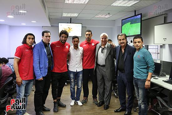 عصام شلتوت وعمر الأيوبى رئيس القسم الرياضى باليوم السابع مع لاعبى إنبي