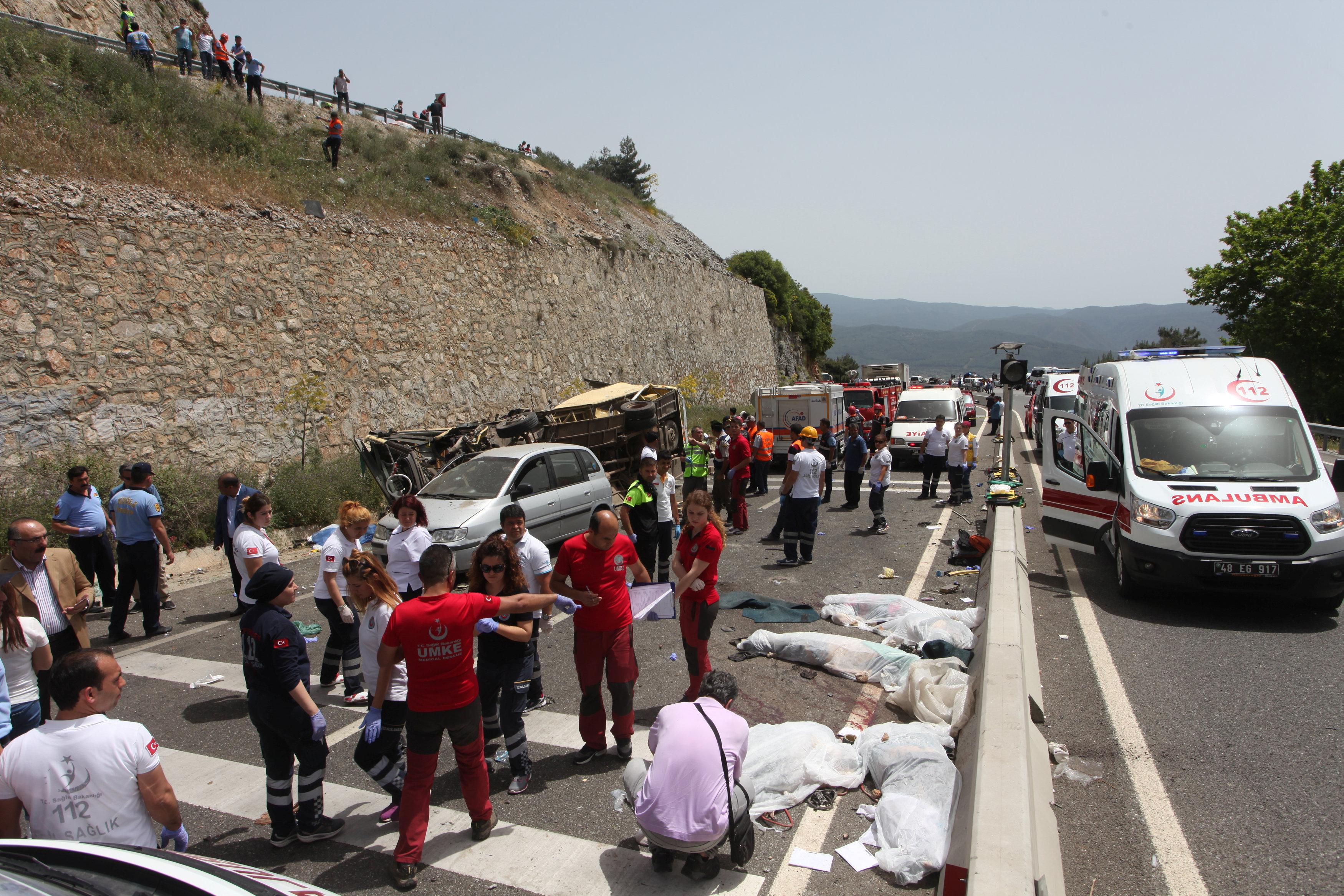العالم الان . ارتفاع ضحايا انقلاب حافلة سياحية بتركيا لـ23 قتيلا