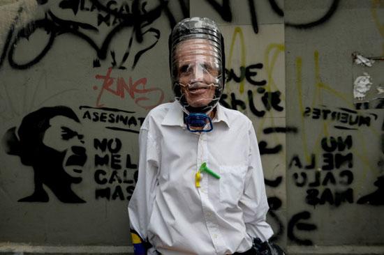 مسن يرتدى زجاجة للاختباء من الغاز المسيل للدموع
