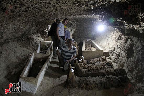 اكتشاف أول مقبرة فى تاريخ مصر الوسطى تضم 18 مومياء بالمنيا (38)