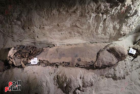 اكتشاف أول مقبرة فى تاريخ مصر الوسطى تضم 18 مومياء بالمنيا (19)