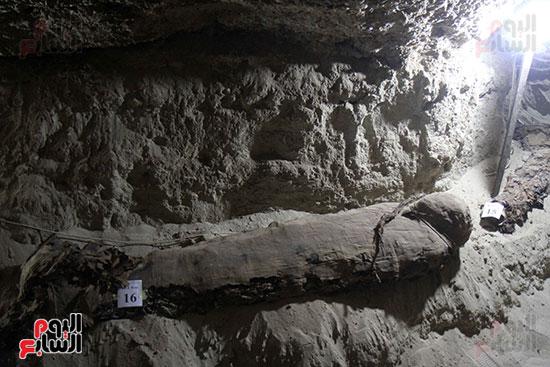 اكتشاف أول مقبرة فى تاريخ مصر الوسطى تضم 18 مومياء بالمنيا (36)
