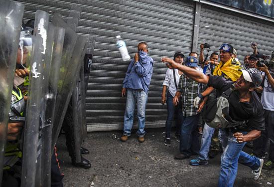 بداية المواجهات بين المحتجين وقوات الأمن فى فنزويلا