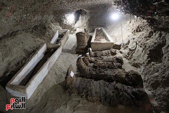اكتشاف أول مقبرة فى تاريخ مصر الوسطى تضم 18 مومياء بالمنيا (16)