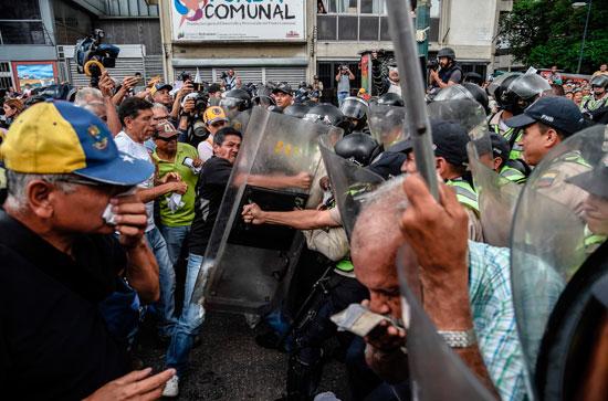 رجل يعتدى على أحد أفراد الشرطة فى فنزويلا