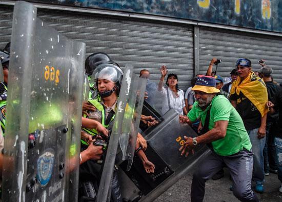 رجل مسن يعتدى على الأمن فى فنزويلا