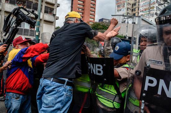 رجل كبير فى السن يعتدى على قوات الأمن الفنزويلى