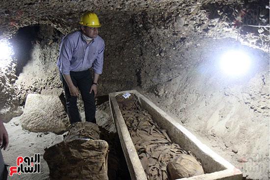 اكتشاف أول مقبرة فى تاريخ مصر الوسطى تضم 18 مومياء بالمنيا (1)