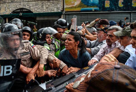 الاجداد يواجهون الشرطة فى فنزويلا