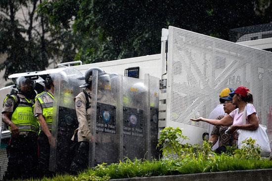 الشرطة تتصدى للمحتجين
