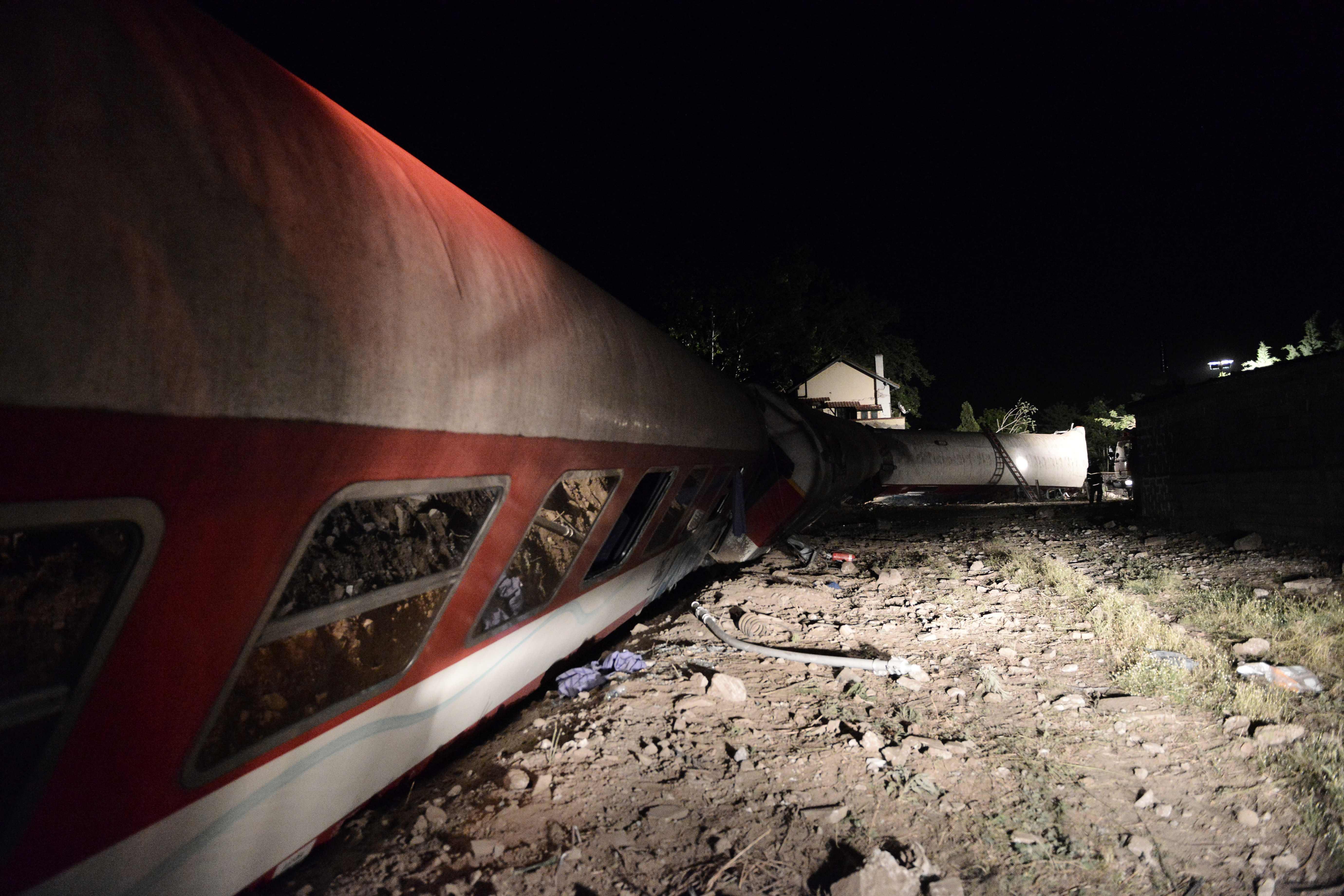 جانب من انقلاب قطار اليونان