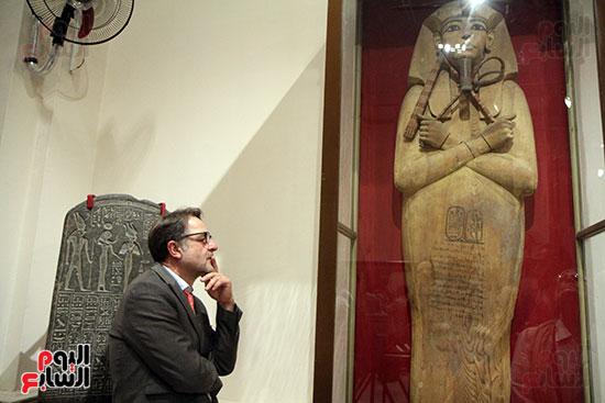 أحد السفراء فى لحظة تأمل داخل المعرض