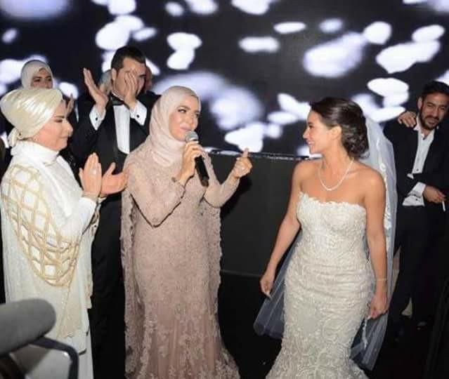 منى عبد الغنى تغنى في حفل زفاف ابنتها