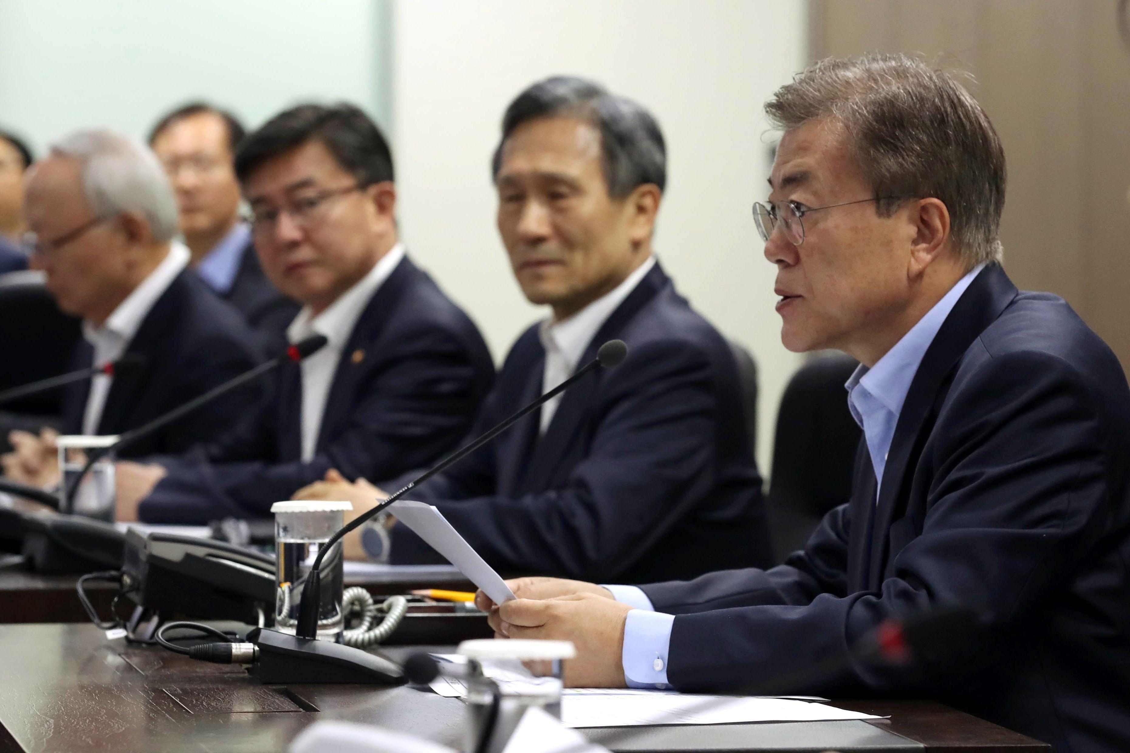 رئيس كوريا الجنوبية فى اجتماع طارئ عقده الرئيس مع مستشاريه الامنيين