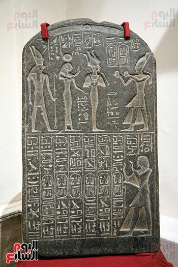 رأس مقبرة داخل المعرض