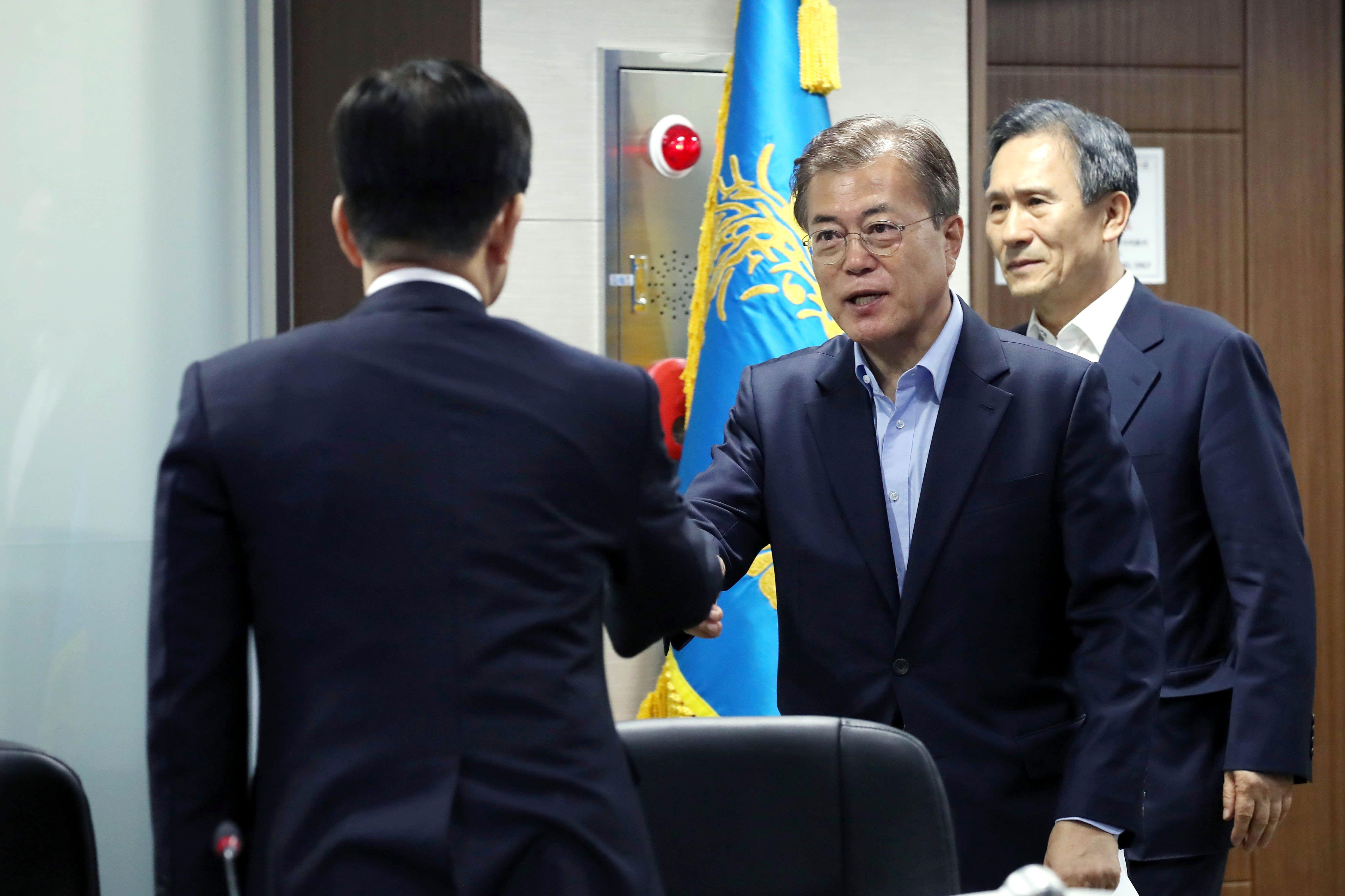 رئيس كوريا الجنوبية مون جاى-إن خلال اجتماع مع مجلس الامن الكورى