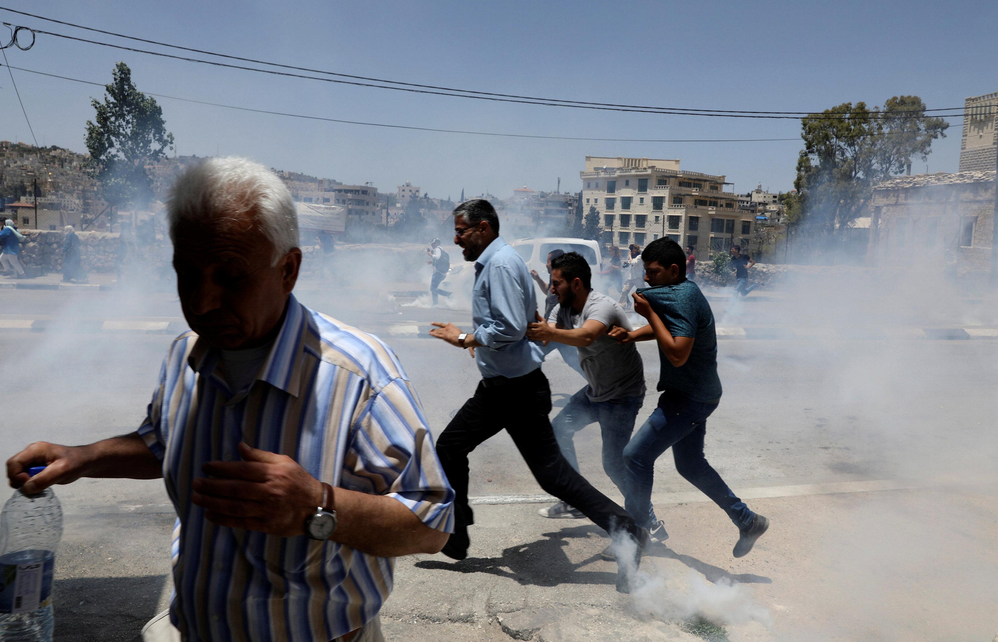 دخان قنابل الغاز تملئ الشوارع فى الضفة الغربية