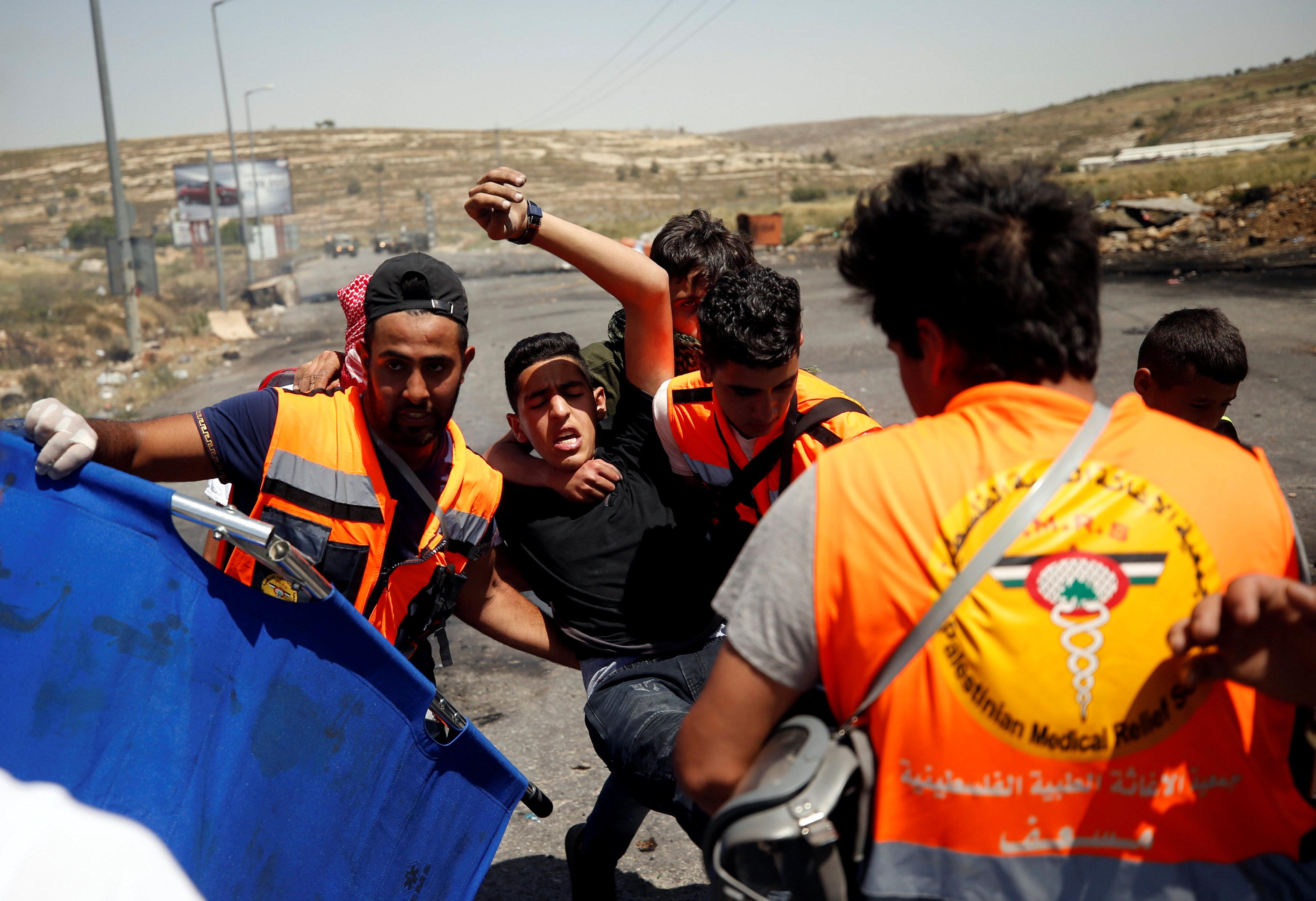 الإسعاف تنقل مصاب فى مواجهة مع قوات الاحتلال