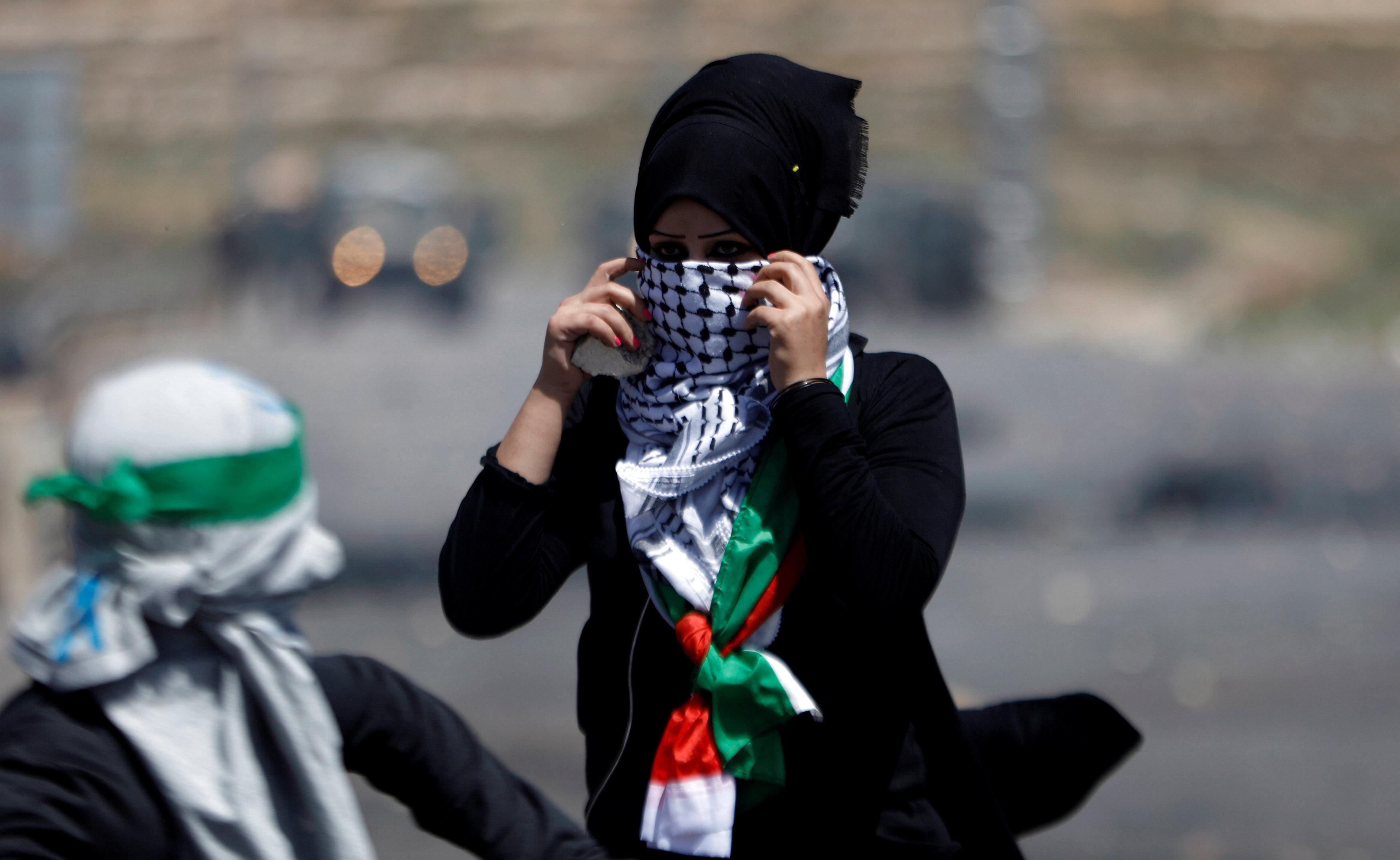 فتيات فلسطينيات يواجهن قوات الاحتلال الاسرائيلى