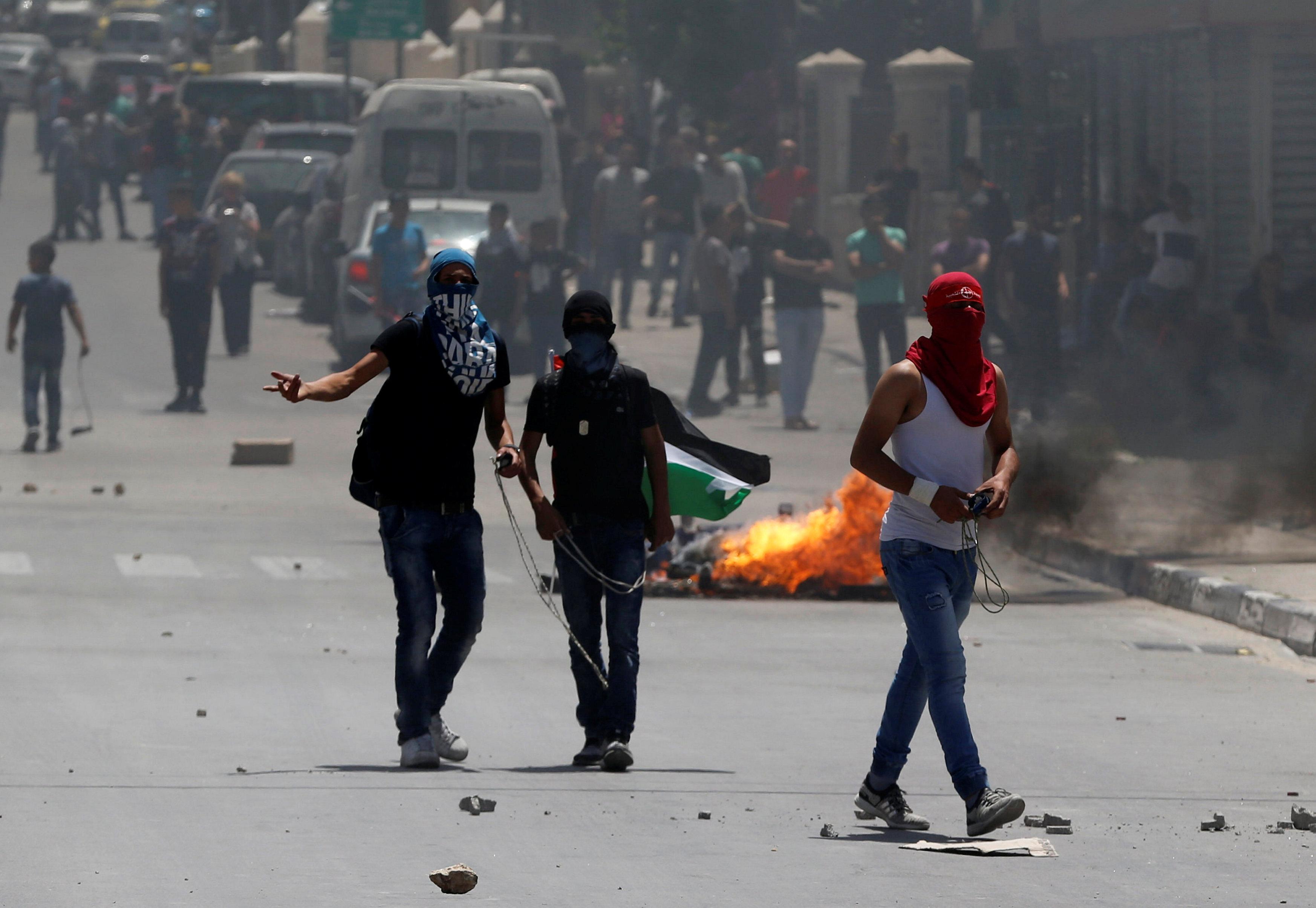 الشباب الفلسطينى يواجه قوات الاحتلال بالضفة الغربية