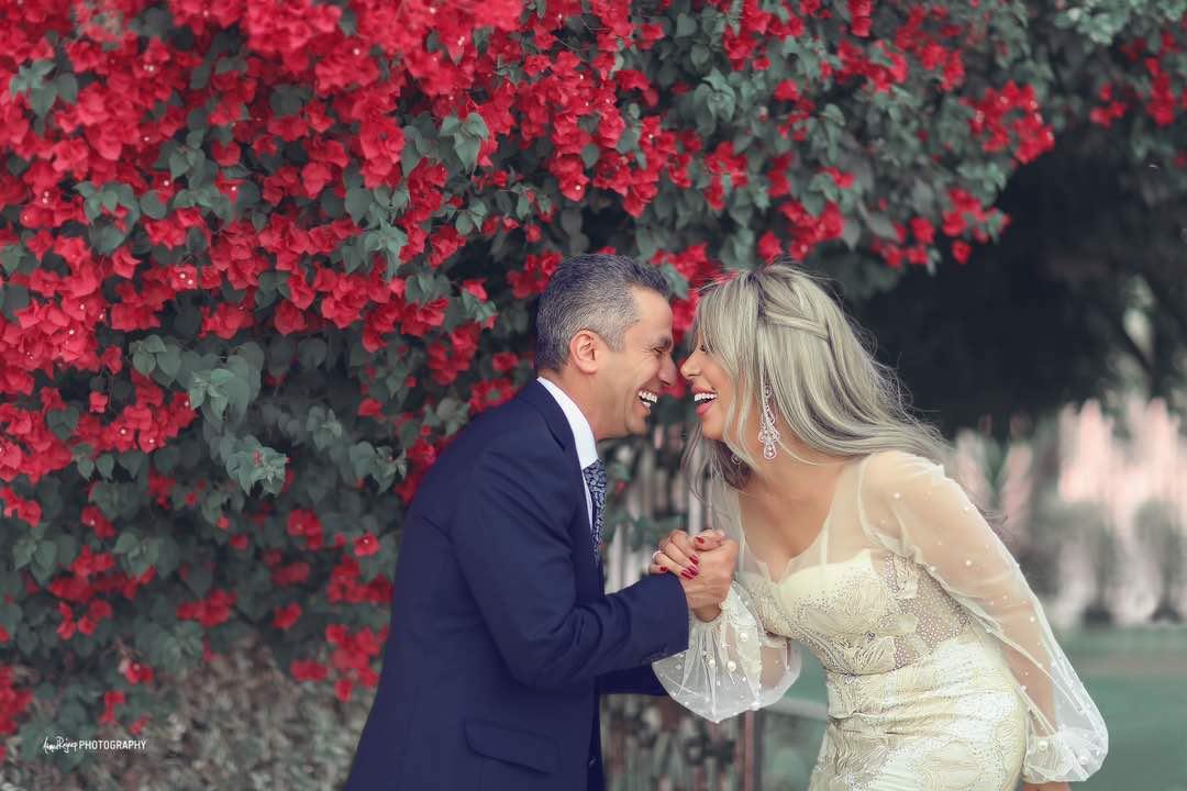 السعادة على وجه العروسين