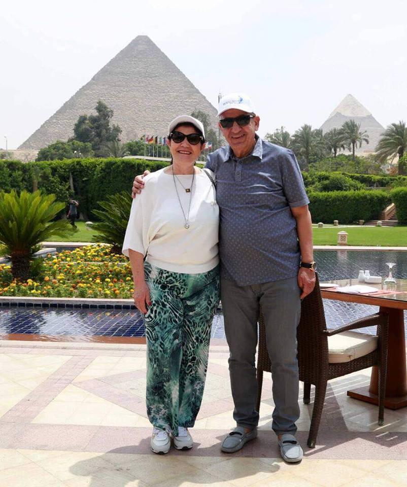 والدة رونالدو وزوجها يلتقطون صور أمام الأهرامات (1)