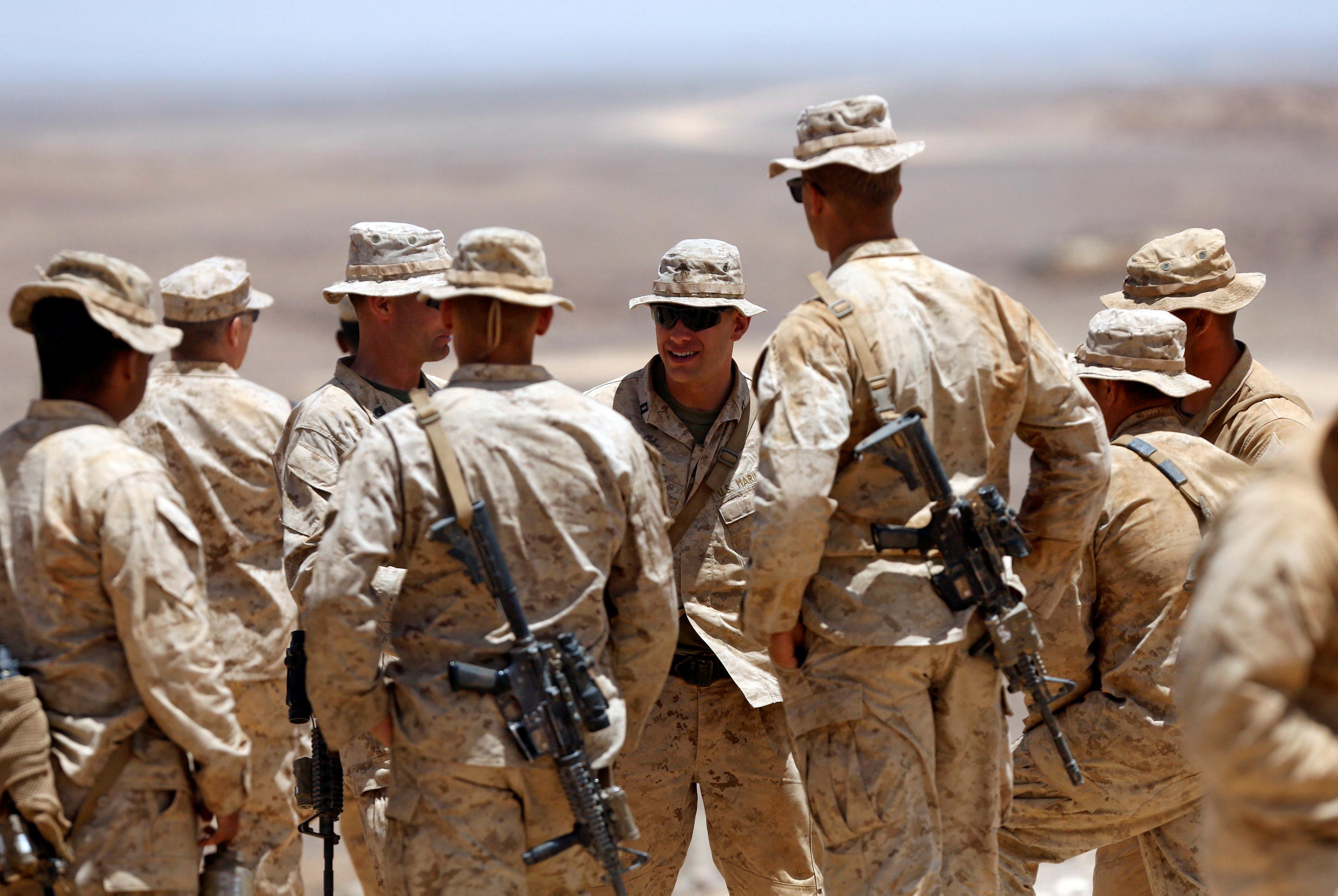 الجنود خلال المناورات