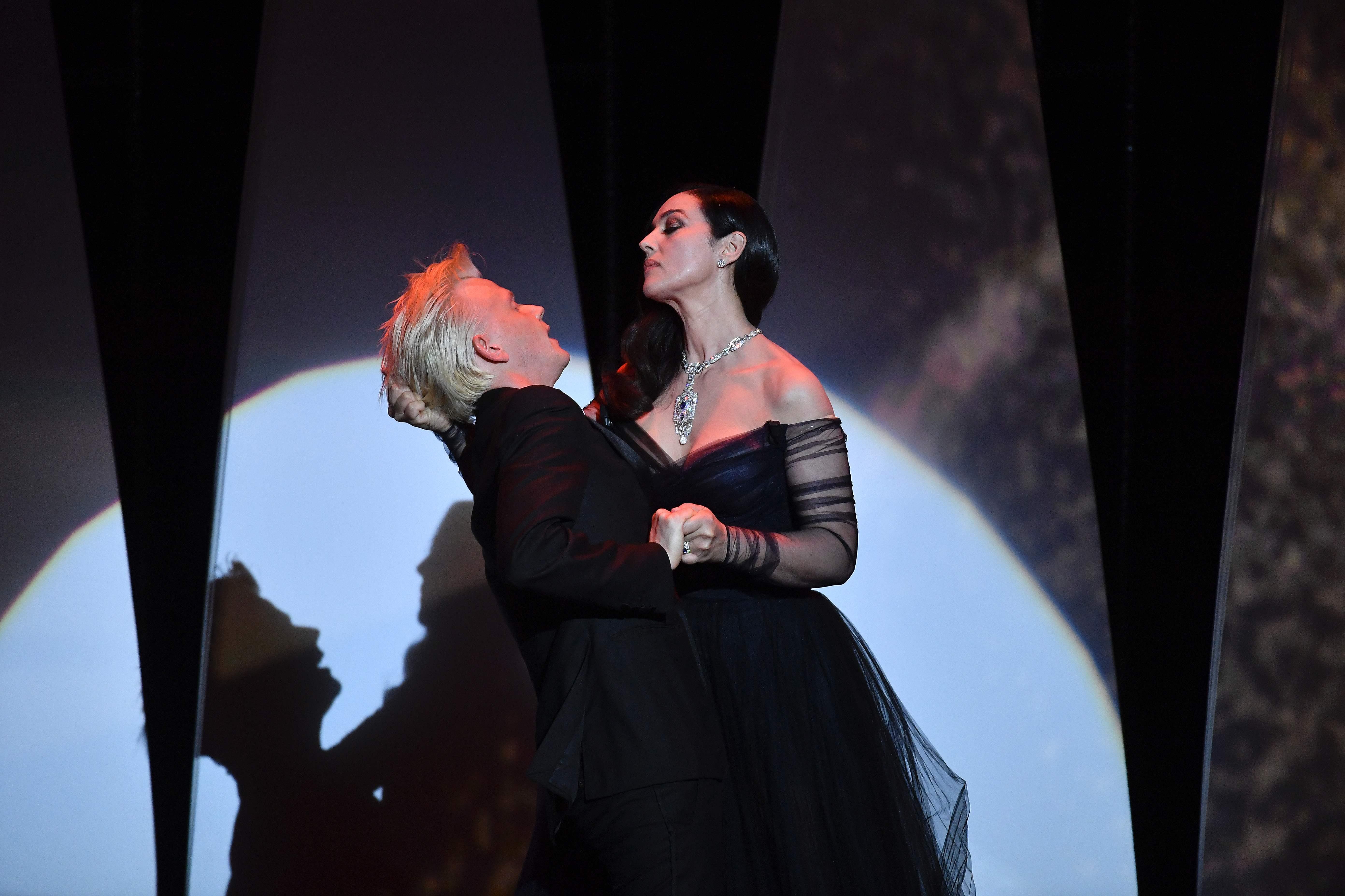 مونيكا بيلوتشي تشعل أجواء حفل افتتاح مهرجان كان بقبلات حارة للفنان أليكس لوتز (9)