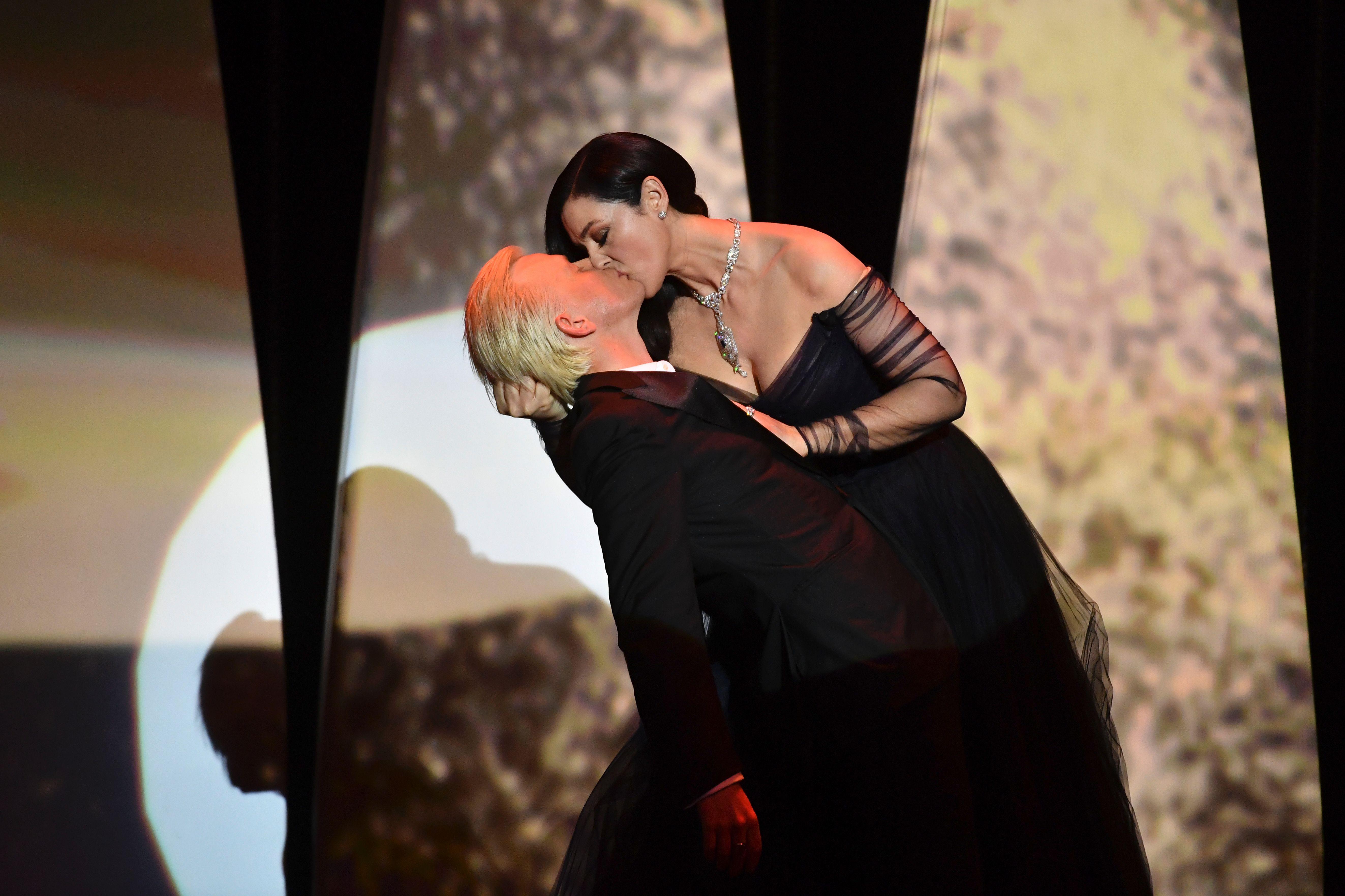 مونيكا بيلوتشي تشعل أجواء حفل افتتاح مهرجان كان بقبلات حارة للفنان أليكس لوتز (7)