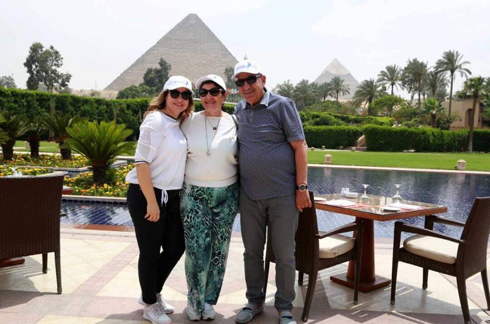 والدة رونالدو وزوجها يلتقطون صور أمام الأهرامات (2)