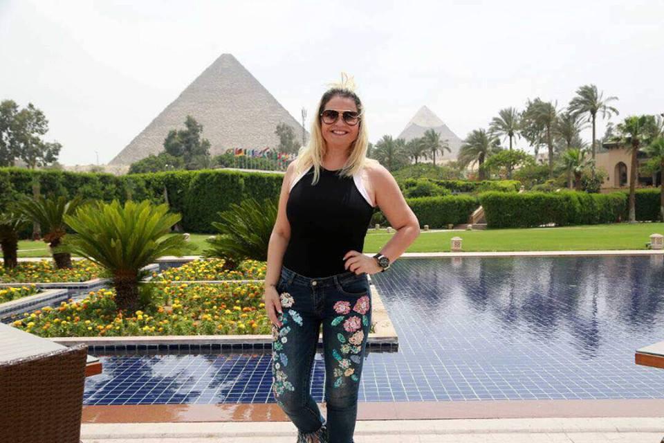 شقيقة رونالدو أمام الأهرامات