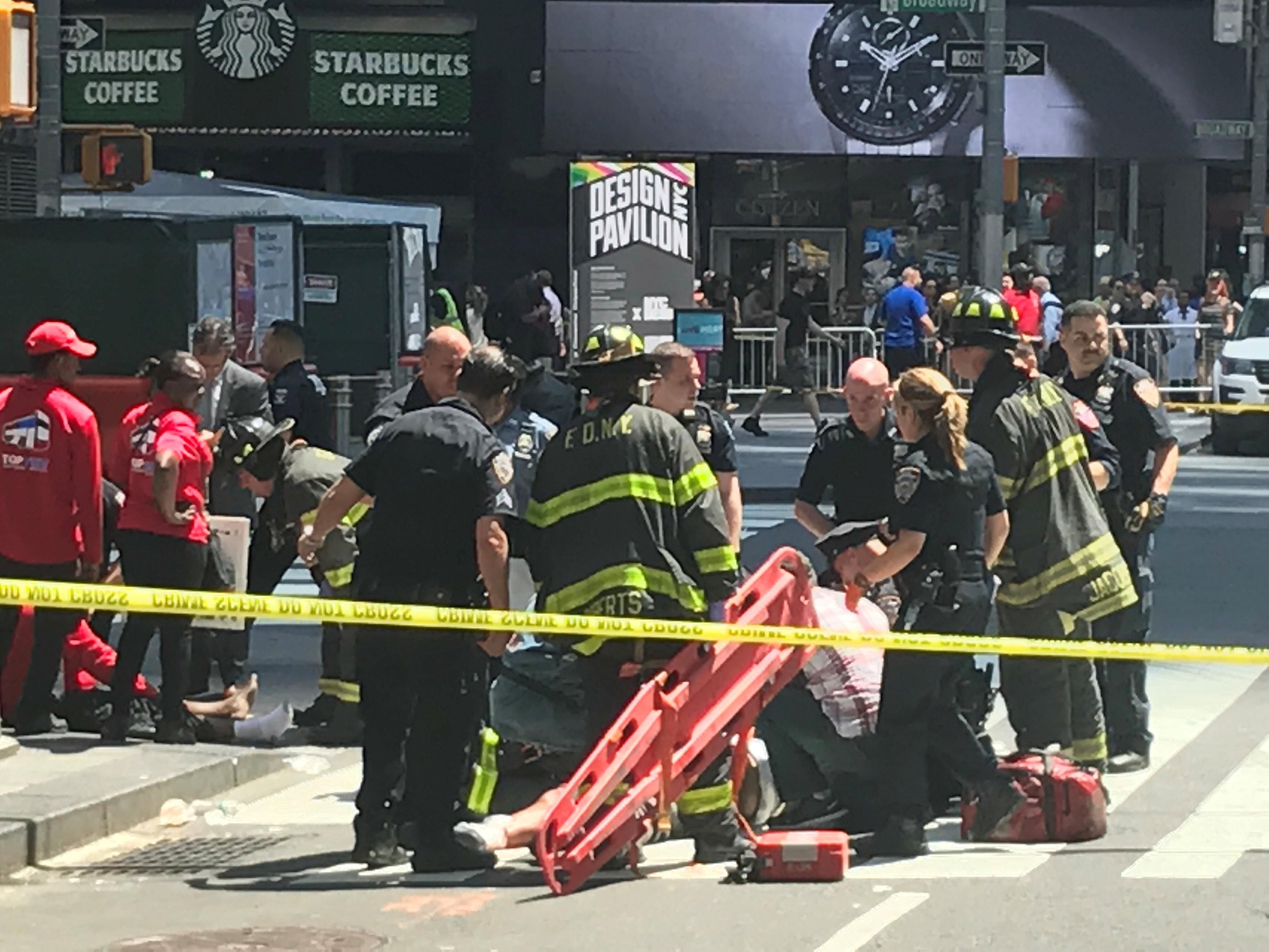 الشرطة الأمريكية ورجال الإنقاذ فى موقع الحادث